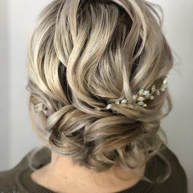 Lockere Hochsteckfrisur an kurzen Haaren